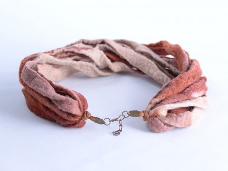 Ribbon necklace in natural colors
