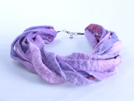 Violet wool necklace with twisted design