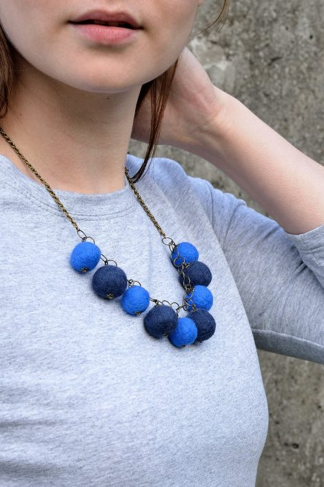 Felt ball necklace in blue