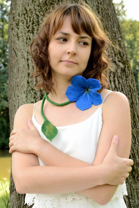 Blue flower necklace with romantic look