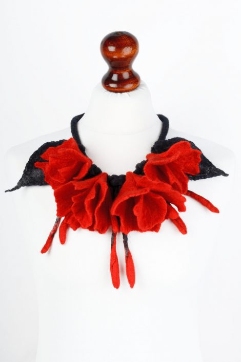 Felt flower necklace in red and black