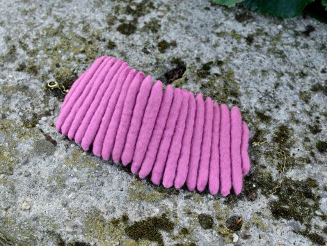 Felt bracelet in shade of pink